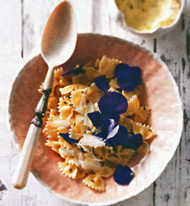 Farfalle-Nudeln mit Lavendelblütensalz-Butter